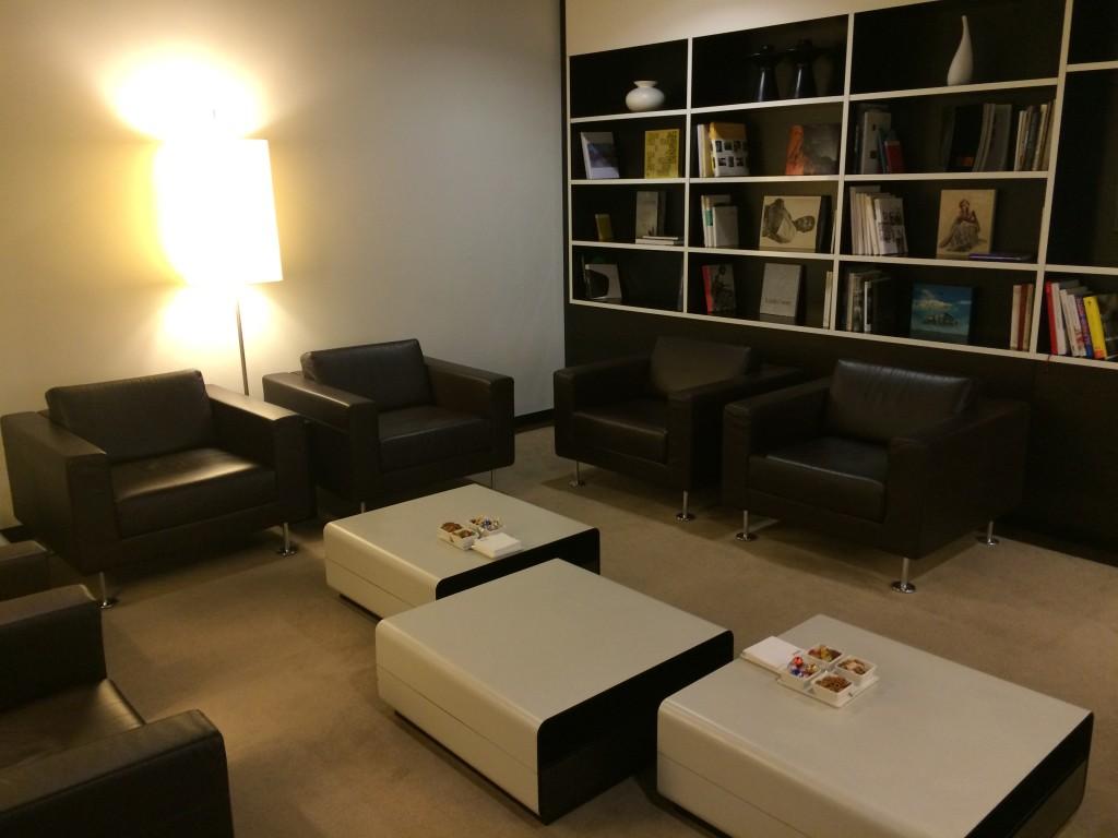 SWISS First Class Lounge Bibliothek