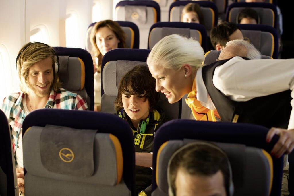 Bild ohne Flare durch Lichteffekt // Picture without flair through a lightening effect eine Flugbegleiterin erklärt einem Jungen das IFE //  a female flight attendant explains the IFE to a boy