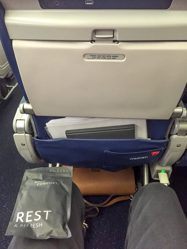 Die Beinfreiheit ist bei Comfort + ausgezeichnet. Steckdose, USB-Port und Amenity Kit stehen zur Verfügung.