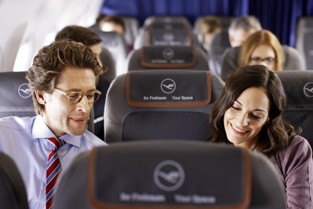 Zwischen einer Frau und einem Mann ist ein freier Sitz // There is a vacant seat between a man and a woman