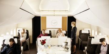Kabinenaufnahme mit Flugbegleiterin und Passagieren //  cabin shot with female flight attendant and passengers