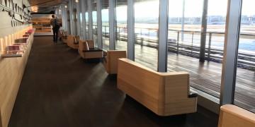 SWISS Senator Lounge Zürich Dock E - Gang mit Sitzgelegenheiten