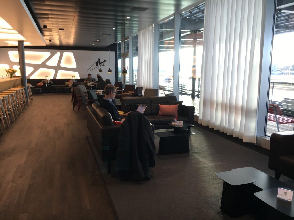 SWISS Senator Lounge Zürich Dock E - Sitzbereich bei der Bar