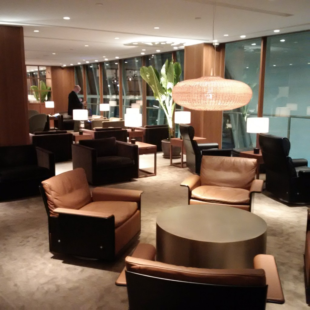 Sitzmöglichkeiten in der Cathay Pacific Lounge Bangkok