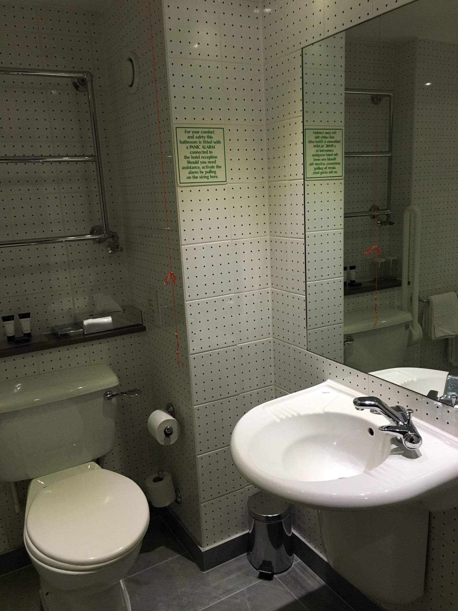 Etwas größeres Bad in einem der behindertengerechten Zimmer