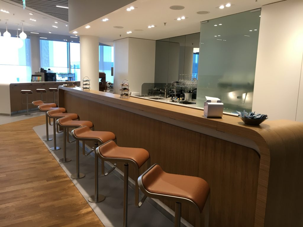 Lufthansa Senator Lounge München Satellit Schengen Café Bar