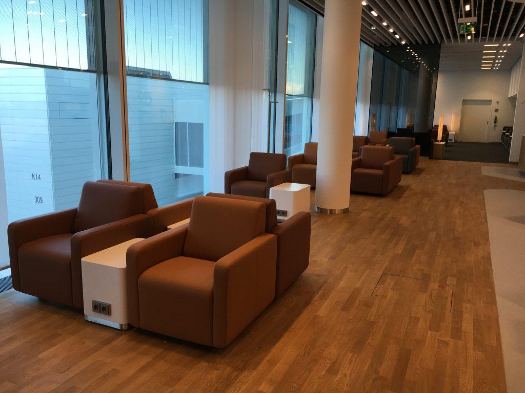 Lufthansa Senator Lounge München Satellit Schengen Sessel