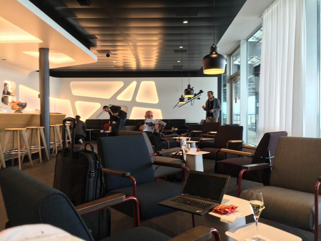 SWISS Senator Lounge Zürich Dock E Bar