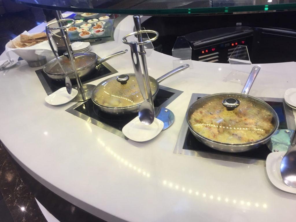 Oman Air Lounge Muscat - Warme Essensoptionen