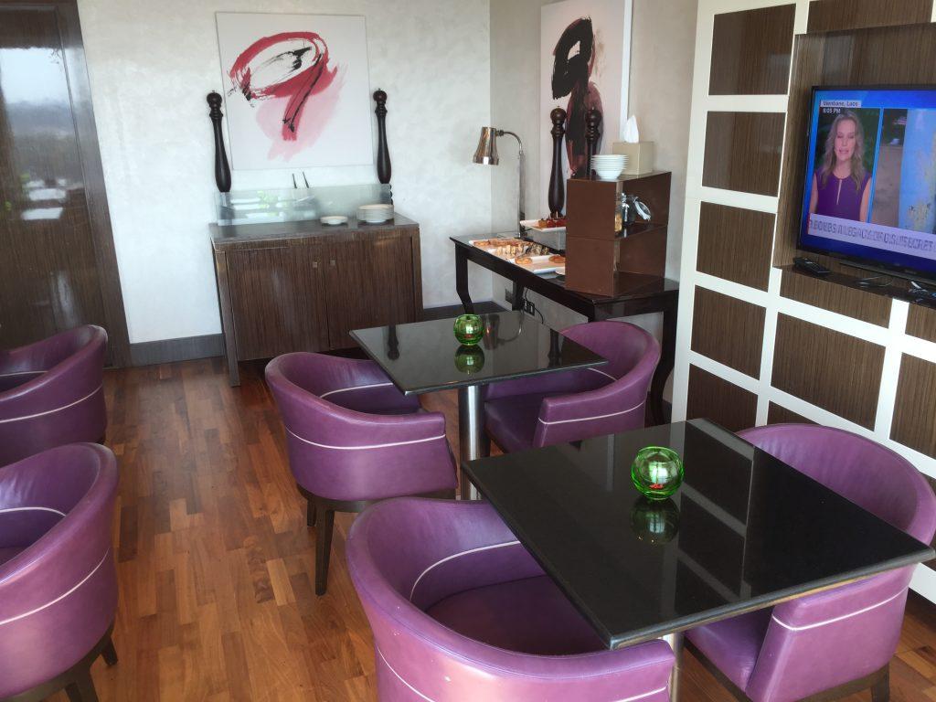 Hilton Capital Grand Abu Dhabi - Exekutive Lounge (Sitzgelegenheiten am Büffetbereich)