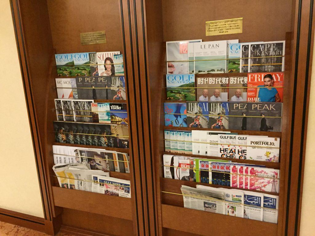 Emirates Lounge Singapur Zeitungsauswahl