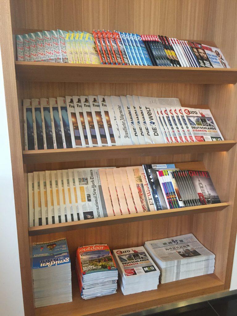 Zeitschriftenauswahl in der Cathay Pacific Lounge Frankfurt