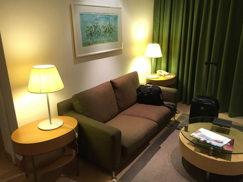 Hilton Athens King Business Suite Wohnzimmer