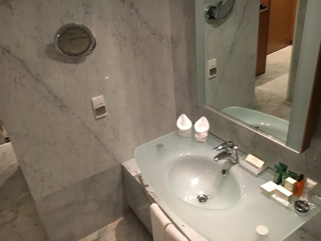 Hilton Athens King Business Suite Badezimmer