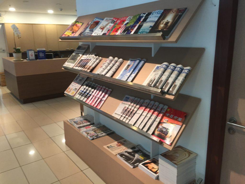 Air France Lounge Bangkok Auswahl an Print Medien