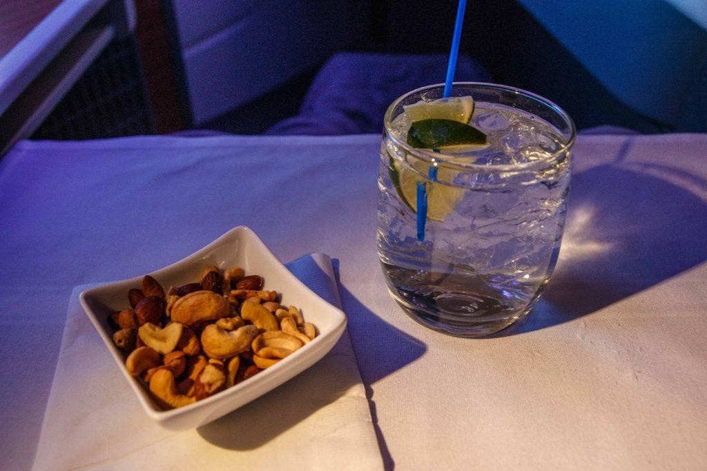 Gin Tonic mit warmen Nüssen