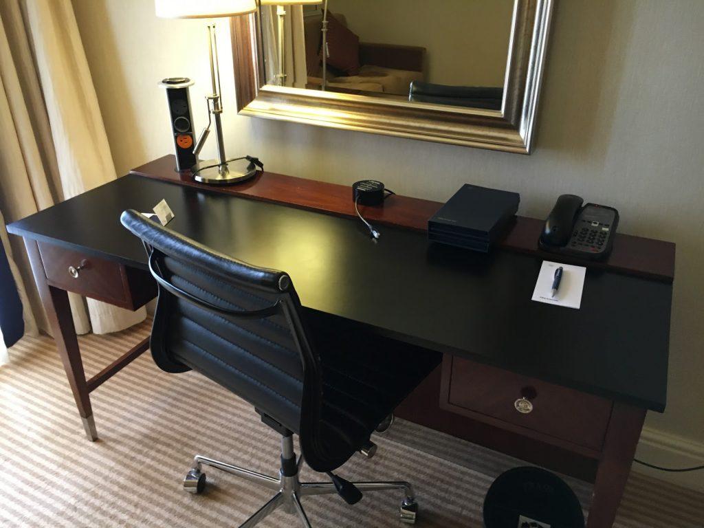 Sheraton Skyline London Club Room Schreibtisch