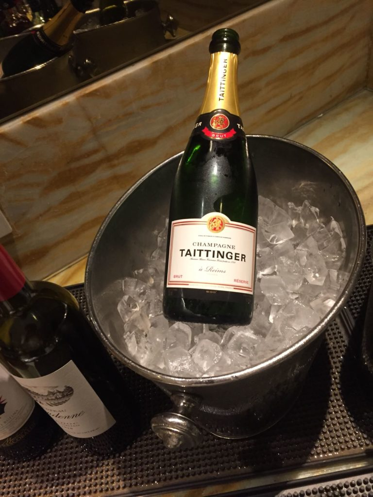 Singapore Airlines Silverkris Lounge Singapore Champagner