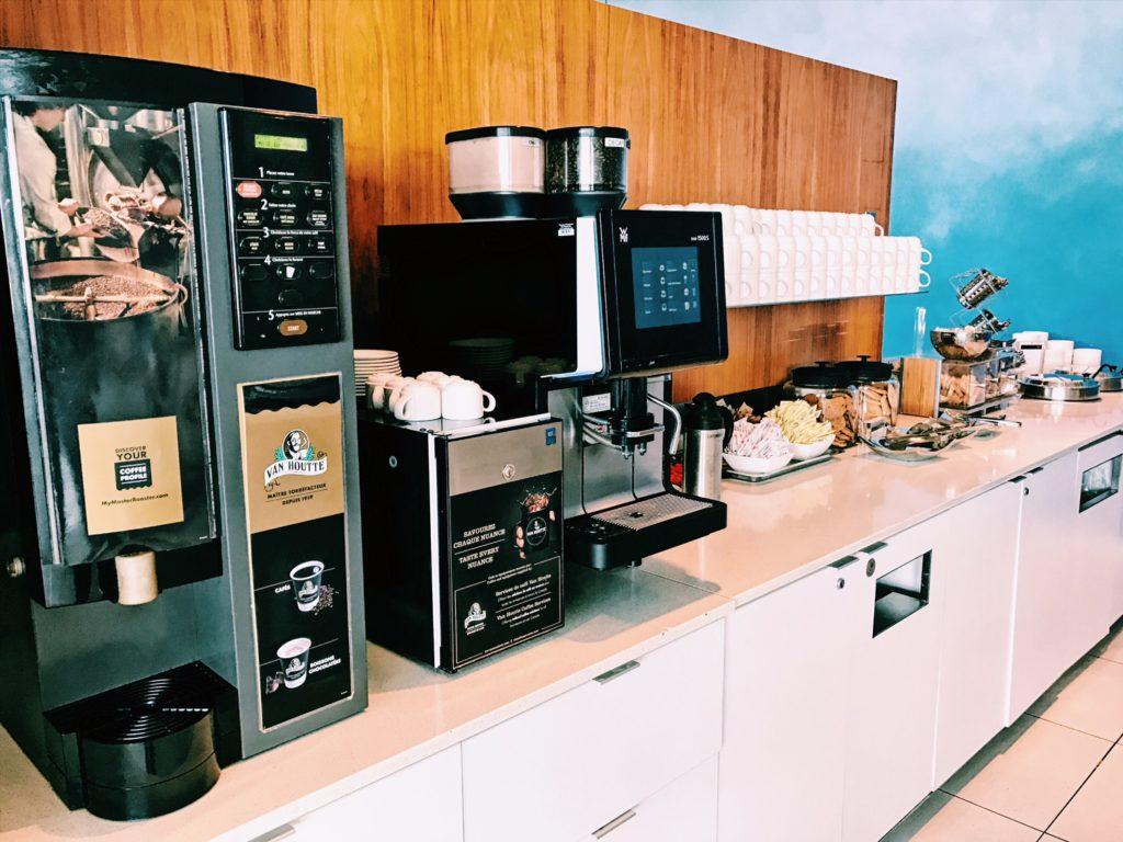 Air Canada Maple Leaf Lounge Montreal Transborder Kaffee