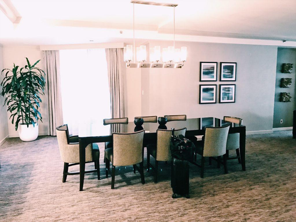 The Westin Chicago River North Presidential Suite Konferenztisch