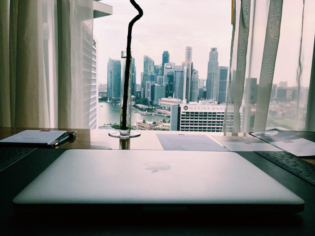 Conrad Singapore Schreibtisch