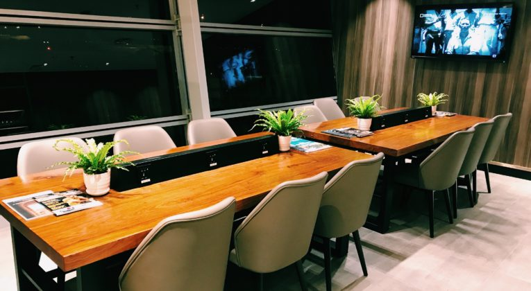 Plaza Premium First Lounge Kuala Lumpur Arbeitstisch